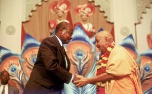 Param Pujya Pramukh Swami Maharaj meets Yoveri Kagura Museveni (Ex President Uganada)