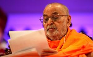 Param Pujya Pramukh Swami Maharaj Reading Devotees's Letter